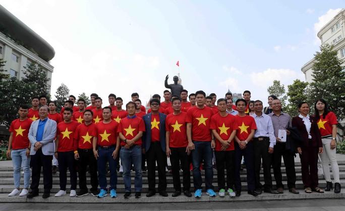 U23 Việt Nam trong vòng tay người hâm mộ TP HCM - Ảnh 2.