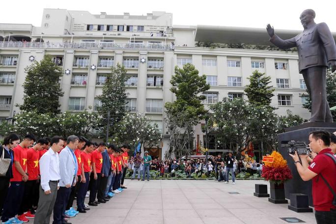 U23 Việt Nam trong vòng tay người hâm mộ TP HCM - Ảnh 5.