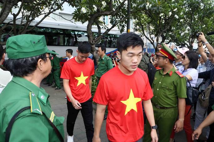 U23 Việt Nam trong vòng tay người hâm mộ TP HCM - Ảnh 7.