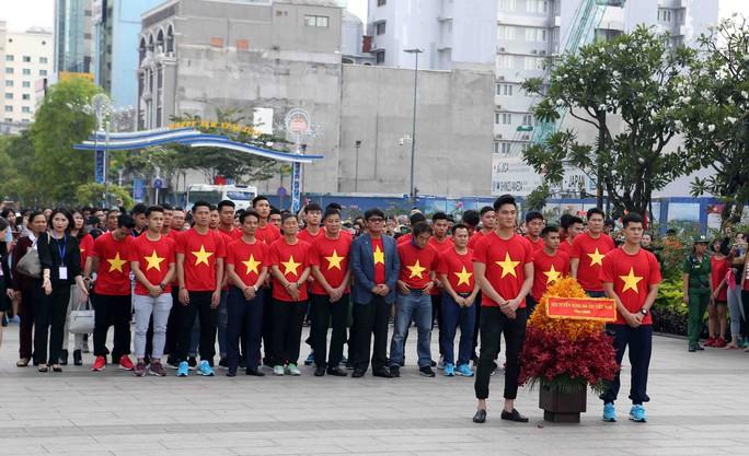 U23 Việt Nam trong vòng tay người hâm mộ TP HCM - Ảnh 3.