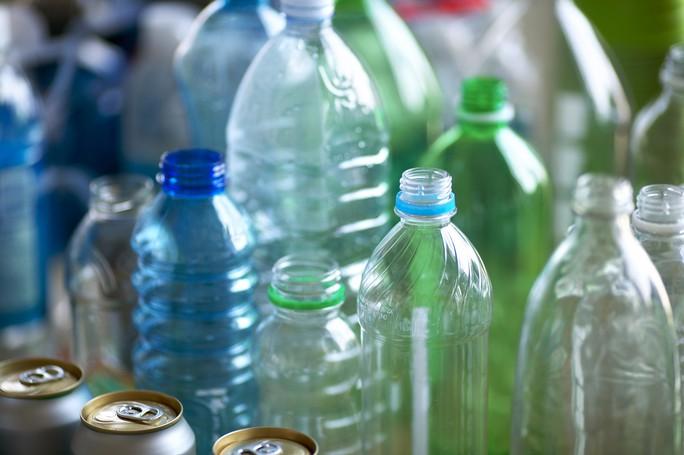 Bất lực, vô sinh vì chai nước, hộp thức ăn nhựa - Ảnh 1.