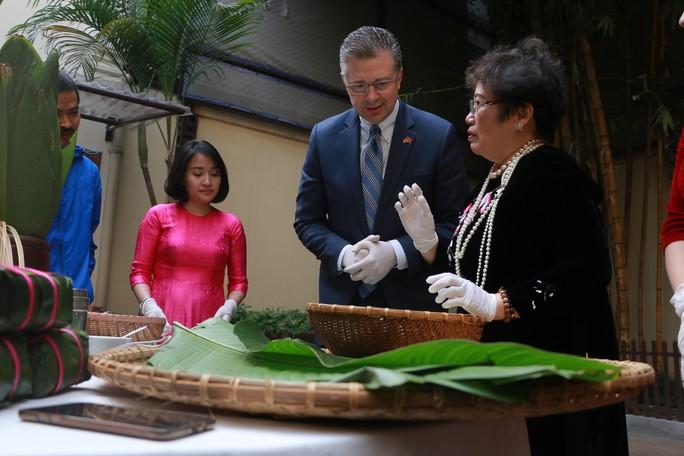 Video tân Đại sứ Mỹ thuần thục gói bánh chưng đón Tết - Ảnh 2.