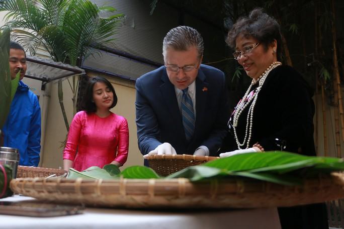 Video tân Đại sứ Mỹ thuần thục gói bánh chưng đón Tết - Ảnh 4.