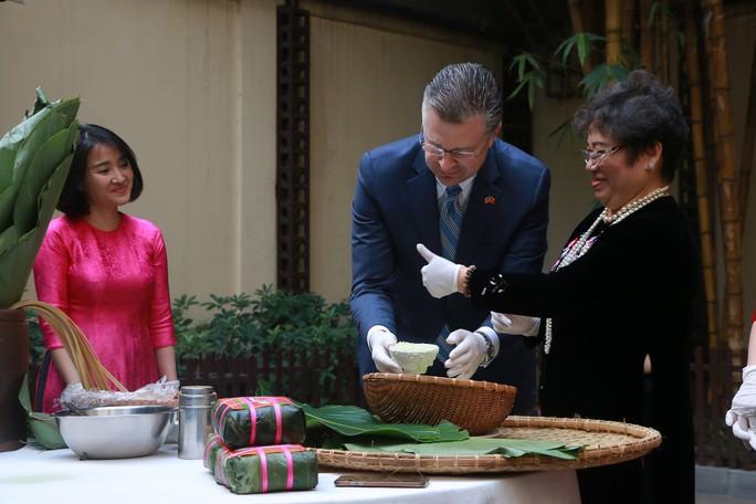 Video tân Đại sứ Mỹ thuần thục gói bánh chưng đón Tết - Ảnh 5.