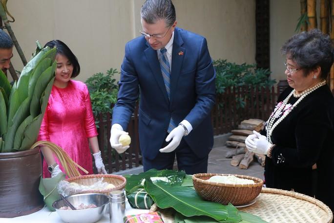 Video tân Đại sứ Mỹ thuần thục gói bánh chưng đón Tết - Ảnh 6.