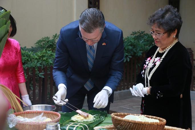 Video tân Đại sứ Mỹ thuần thục gói bánh chưng đón Tết - Ảnh 7.