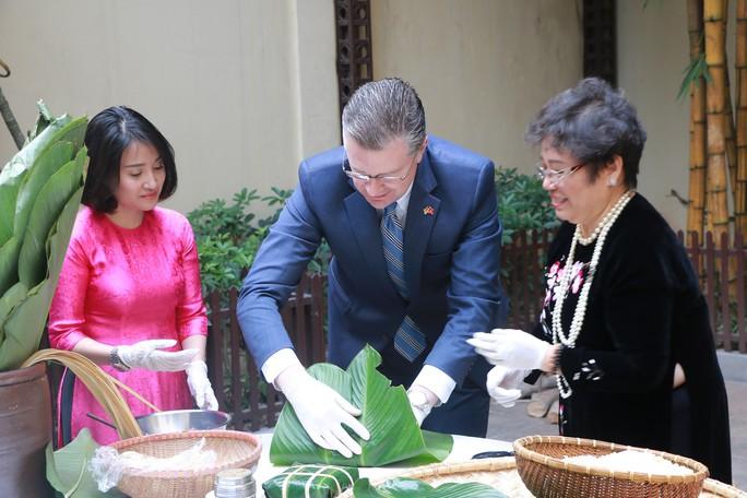Video tân Đại sứ Mỹ thuần thục gói bánh chưng đón Tết - Ảnh 8.