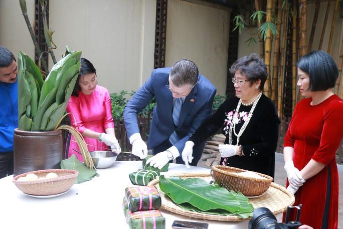 Video tân Đại sứ Mỹ thuần thục gói bánh chưng đón Tết - Ảnh 9.