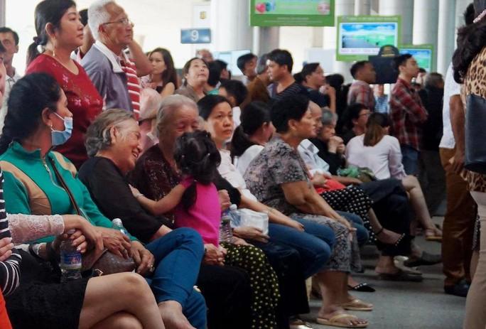 Ùn ùn đổ về sân bay Tân Sơn Nhất rước Việt kiều - Ảnh 3.