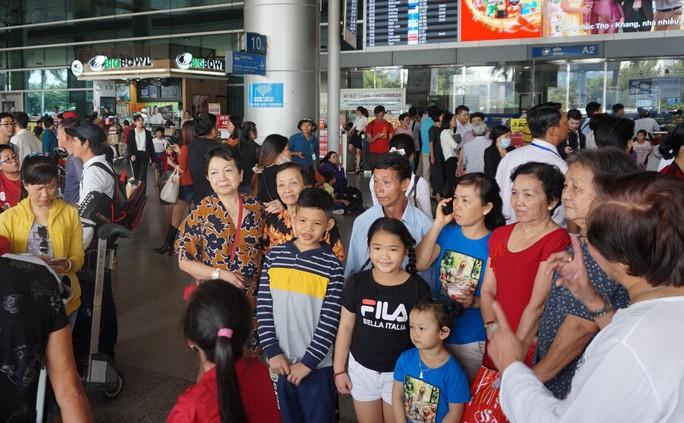 Ùn ùn đổ về sân bay Tân Sơn Nhất rước Việt kiều - Ảnh 7.