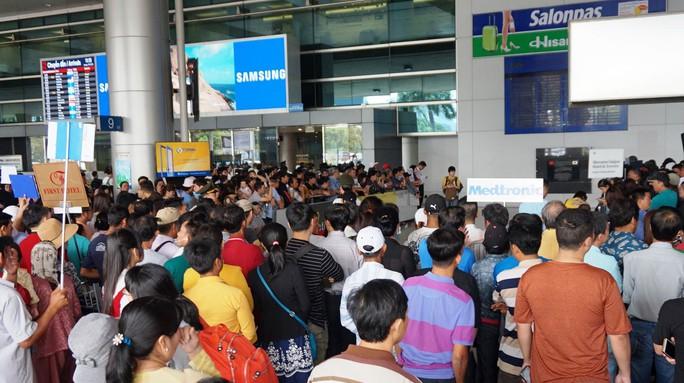 Ùn ùn đổ về sân bay Tân Sơn Nhất rước Việt kiều - Ảnh 2.
