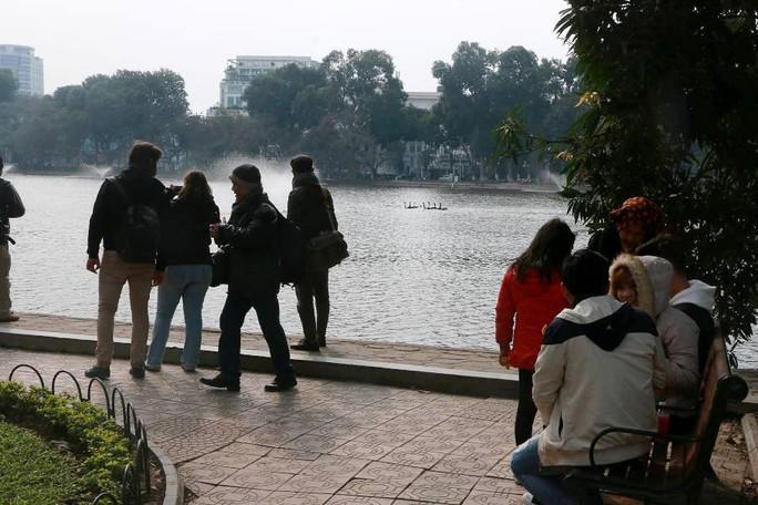 Trầm trồ nhìn đàn thiên nga xuất hiện giữa Hồ Gươm - Ảnh 9.