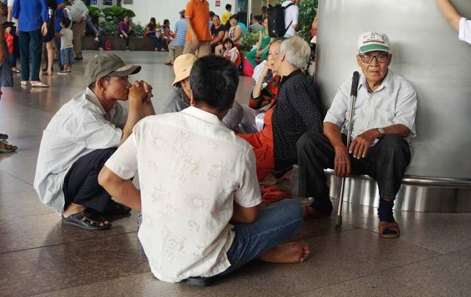 Ùn ùn đổ về sân bay Tân Sơn Nhất rước Việt kiều - Ảnh 4.