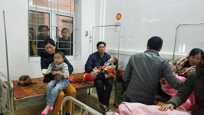 Nổ bình gas hội chợ trong trường tiểu học, 7 học sinh bỏng nặng - Ảnh 1.