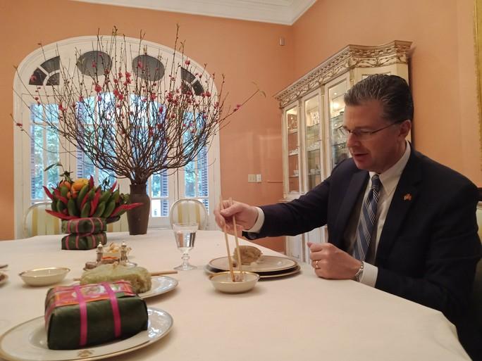 Video tân Đại sứ Mỹ thuần thục gói bánh chưng đón Tết - Ảnh 12.