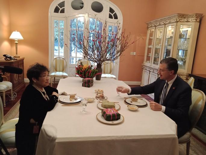 Video tân Đại sứ Mỹ thuần thục gói bánh chưng đón Tết - Ảnh 13.