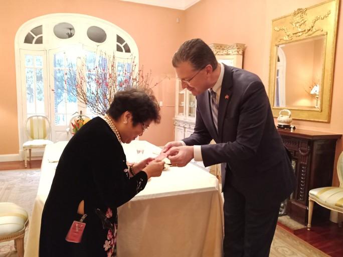 Video tân Đại sứ Mỹ thuần thục gói bánh chưng đón Tết - Ảnh 14.
