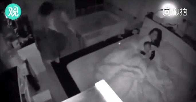 Động đất Đài Loan: Chồng phóng tới che chắn vợ con - Ảnh 1.