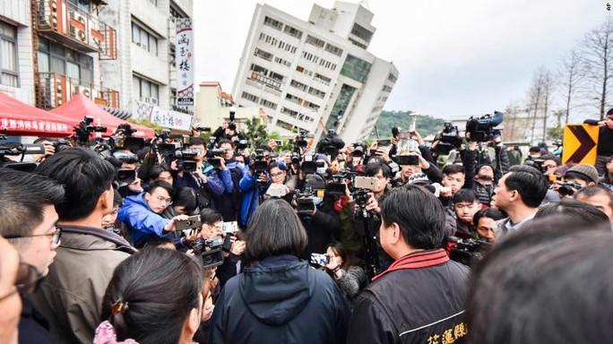 Động đất Đài Loan: Chồng phóng tới che chắn vợ con - Ảnh 2.