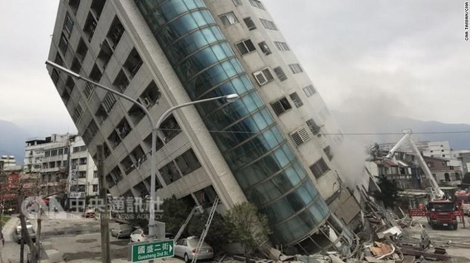 Động đất Đài Loan: Chồng phóng tới che chắn vợ con - Ảnh 3.