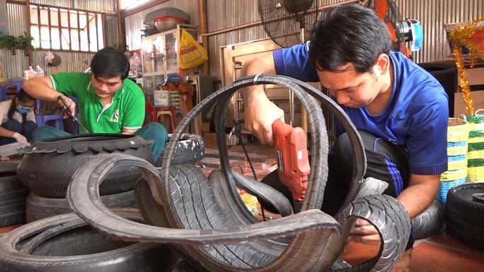 Độc đáo chậu hoa kiểng Tết được làm bằng vỏ xe ô tô cũ - Ảnh 2.