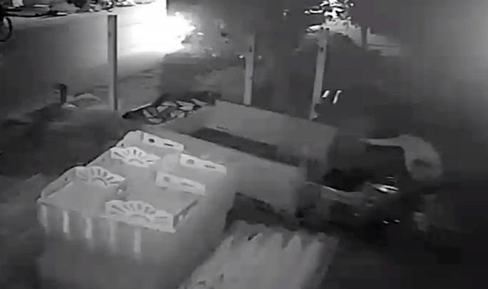 Nửa đêm… chạy xe tải đi trộm xe ba gác - Ảnh 1.