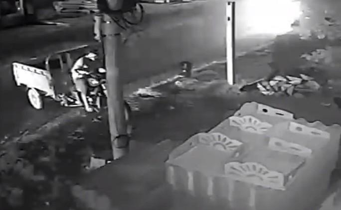 Nửa đêm… chạy xe tải đi trộm xe ba gác - Ảnh 2.