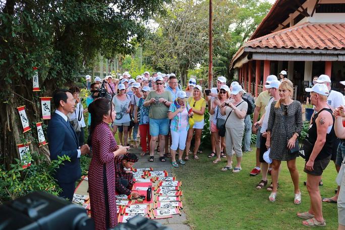 Nườm nượp khách quốc tế đến Việt Nam dịp Tết - Ảnh 2.