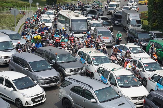 Cửa ngõ sân bay Tân Sơn Nhất hỗn loạn trưa 23 Tết - Ảnh 8.