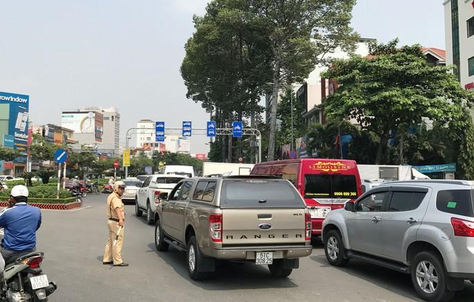 Cửa ngõ sân bay Tân Sơn Nhất hỗn loạn trưa 23 Tết - Ảnh 11.