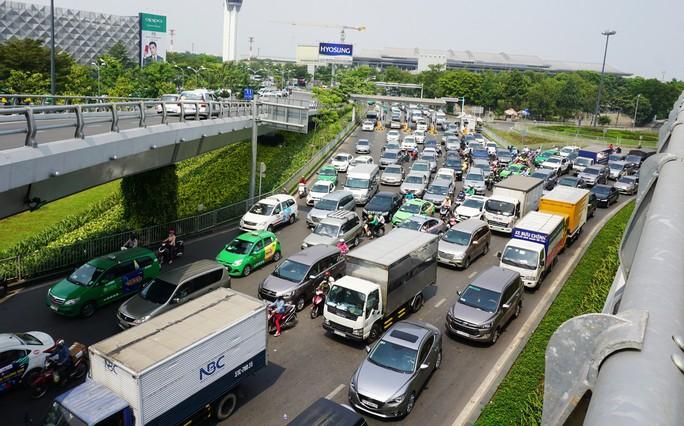 Cửa ngõ sân bay Tân Sơn Nhất hỗn loạn trưa 23 Tết - Ảnh 6.