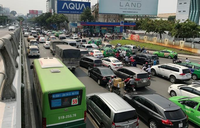 Cửa ngõ sân bay Tân Sơn Nhất hỗn loạn trưa 23 Tết - Ảnh 3.
