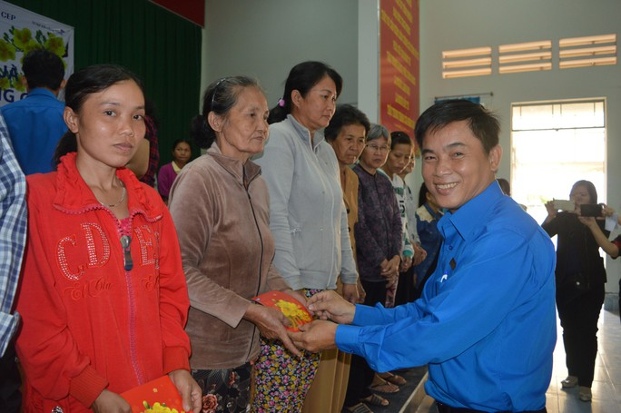 CEP tặng thành viên nghèo quà Tết - Ảnh 1.