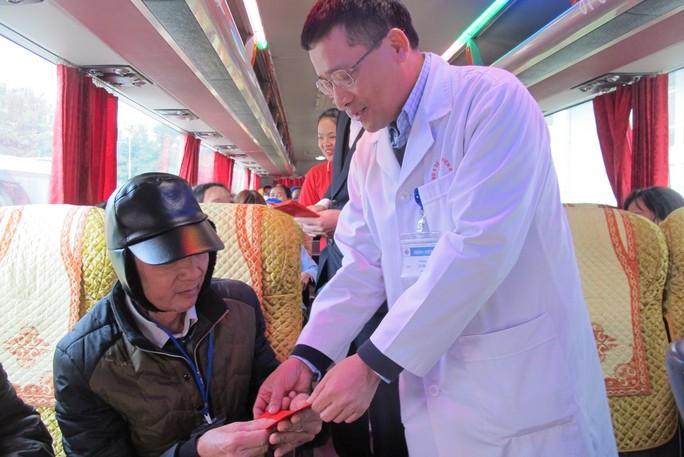 Bác sĩ tiễn bệnh nhân ung thư ra tận xe yêu thương về quê đón Tết - Ảnh 10.