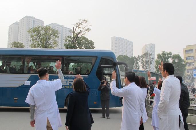 Bác sĩ tiễn bệnh nhân ung thư ra tận xe yêu thương về quê đón Tết - Ảnh 19.