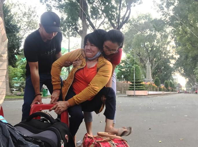 200 người nghèo Phú Yên sống ở TP HCM được về quê miễn phí - Ảnh 1.