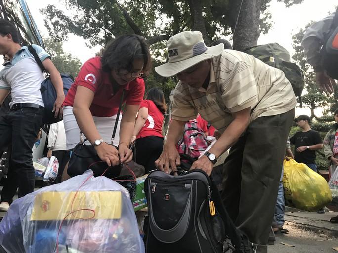 200 người nghèo Phú Yên sống ở TP HCM được về quê miễn phí - Ảnh 2.