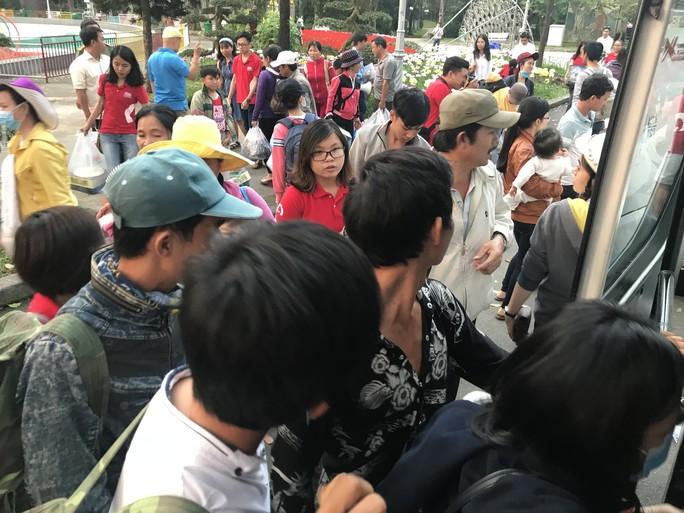 200 người nghèo Phú Yên sống ở TP HCM được về quê miễn phí - Ảnh 3.