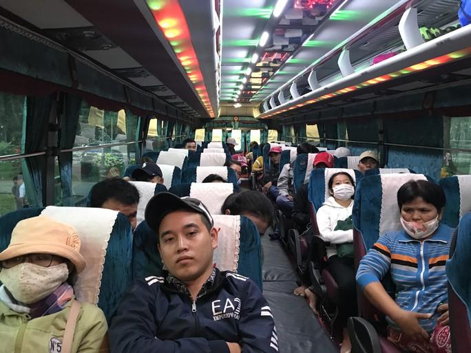200 người nghèo Phú Yên sống ở TP HCM được về quê miễn phí - Ảnh 4.