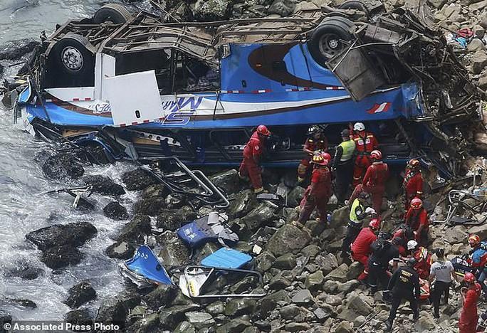 Xe buýt lao từ vách đá xuống bãi biển, 48 người thiệt mạng - Ảnh 1.
