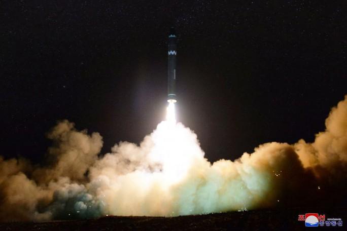 Triều Tiên phóng tên lửa, 9 máy bay rơi vào tầm ảnh hưởng - Ảnh 2.