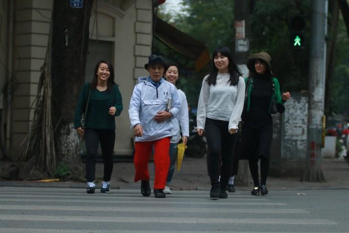 Ngày đầu người đi bộ sai luật có thể bị phạt tù đến 15 năm - Ảnh 1.