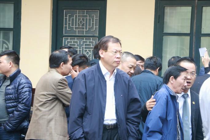Ông Đinh La Thăng và các bị cáo ăn trưa ngay tại khu vực tòa - Ảnh 3.