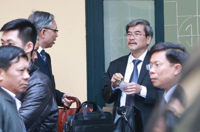 Ông Đinh La Thăng và các bị cáo ăn trưa ngay tại khu vực tòa - Ảnh 2.