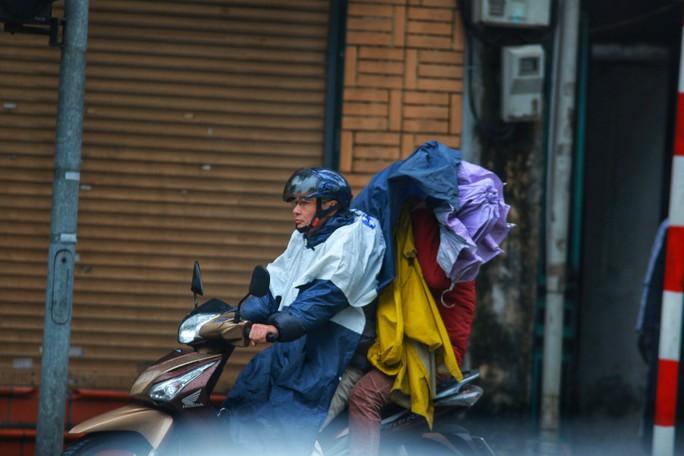 Cận cảnh người Hà Nội co ro trong mưa rét 9 độ C - Ảnh 1.