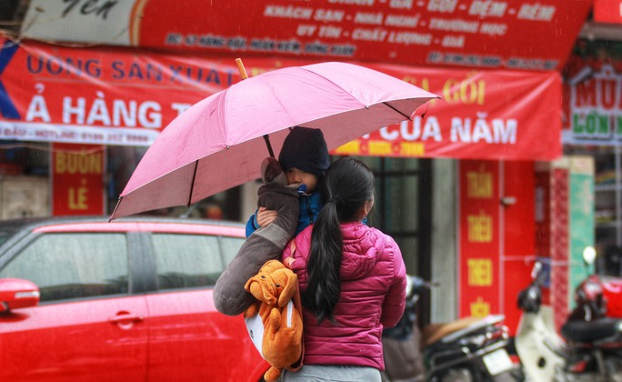 Cận cảnh người Hà Nội co ro trong mưa rét 9 độ C - Ảnh 3.