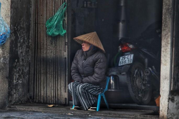 Cận cảnh người Hà Nội co ro trong mưa rét 9 độ C - Ảnh 6.