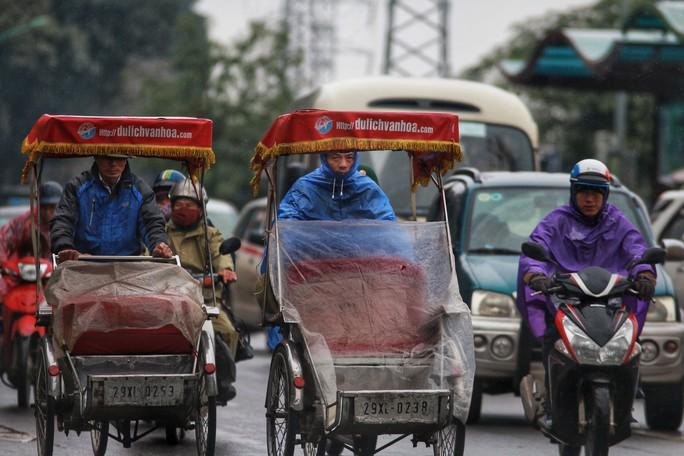Cận cảnh người Hà Nội co ro trong mưa rét 9 độ C - Ảnh 8.