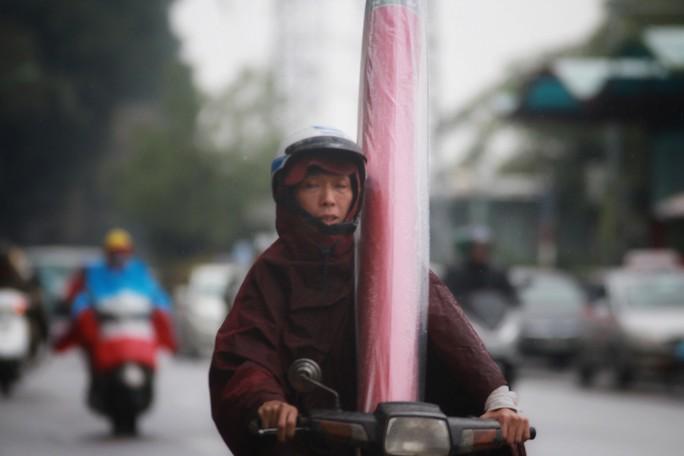Cận cảnh người Hà Nội co ro trong mưa rét 9 độ C - Ảnh 10.