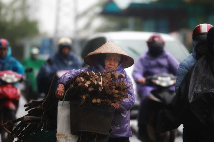 Cận cảnh người Hà Nội co ro trong mưa rét 9 độ C - Ảnh 12.
